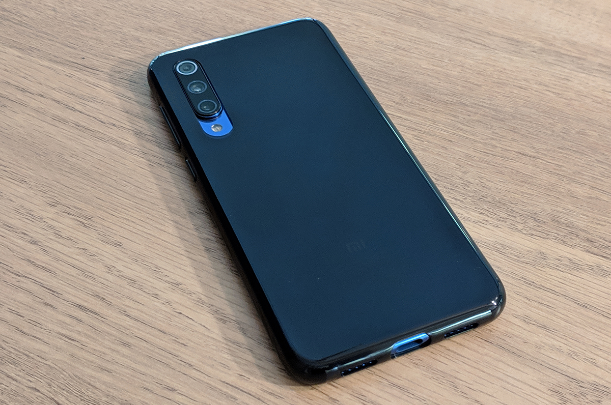 The device is delivered with a black translucent shell.