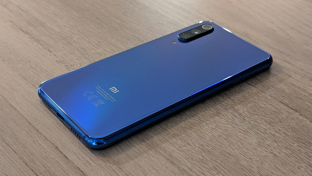 """The Mi 9 SE and its """"ocean blue"""" back."""
